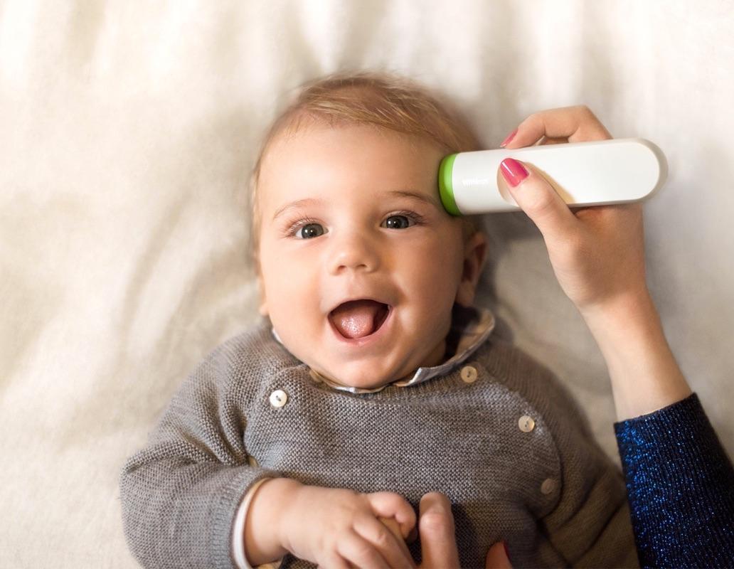 Withings Thermo voor het opnemen van temperatuur bij een baby.