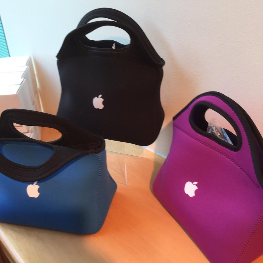 Gekleurde tassen van Apple met het appeltje erop.