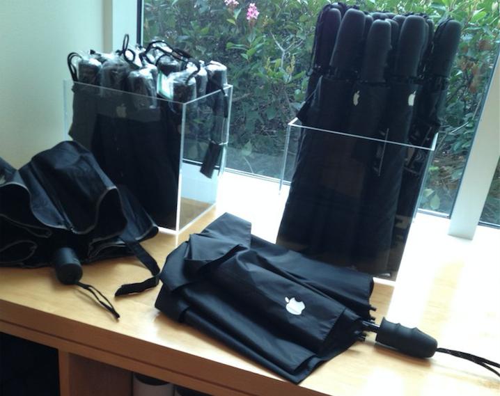 Stijlvolle paraplu's met het Apple logo erop.