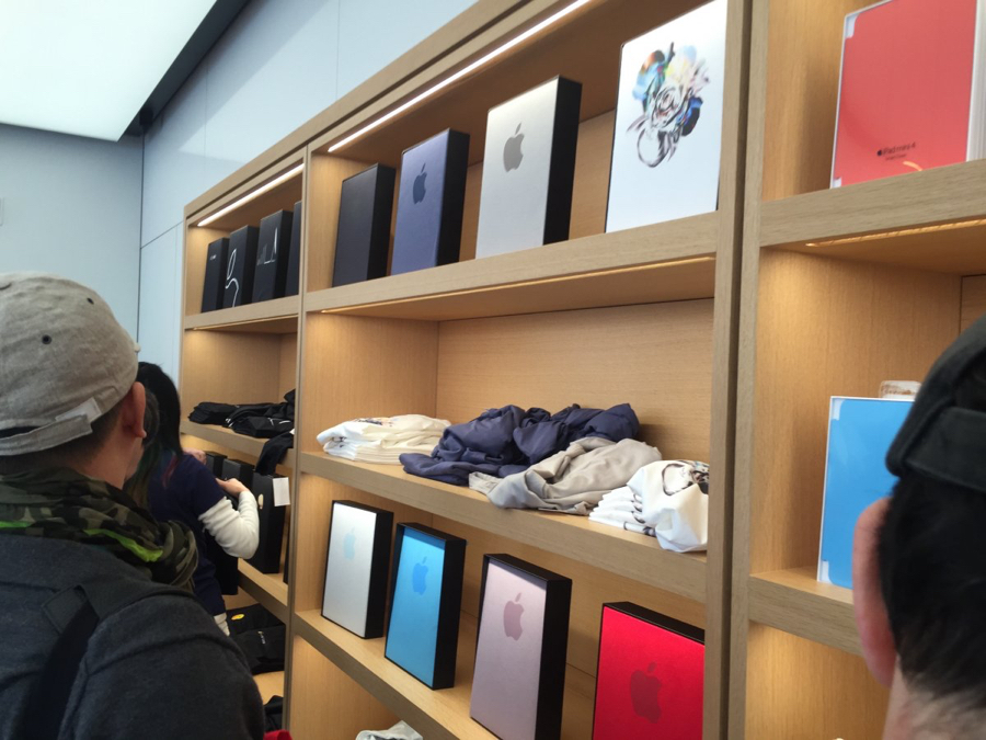 Verschillende t-shirts in de Apple Campus Store.