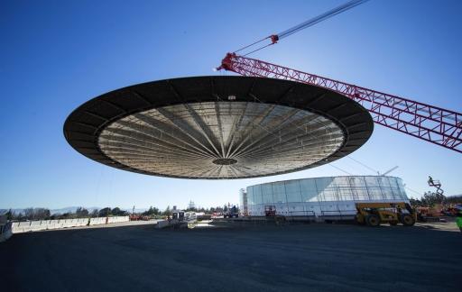 Apple Campus 2, het dak wordt erop getakeld