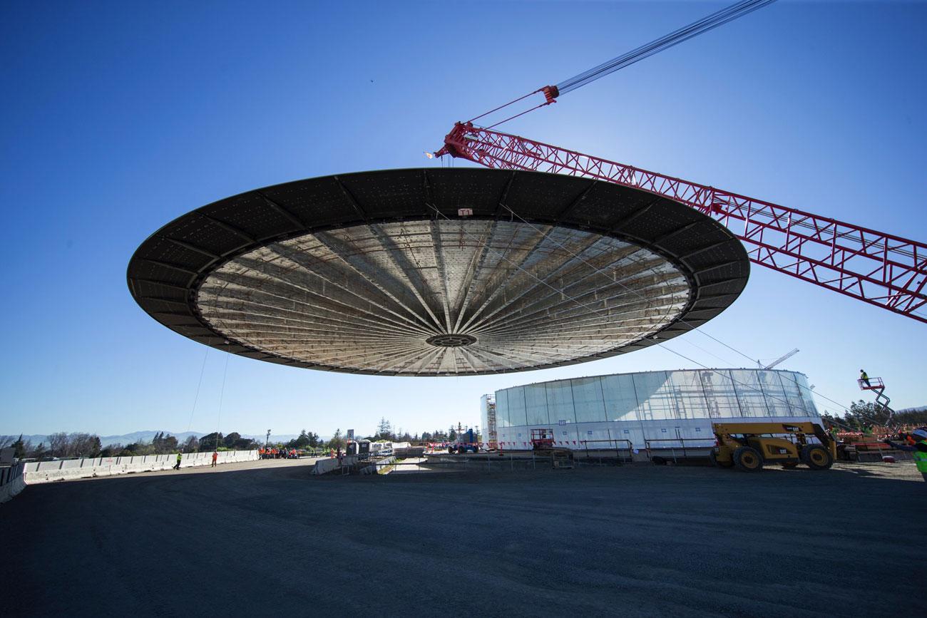 Apple Campus 2, het dak van het auditorium wordt erop getakeld
