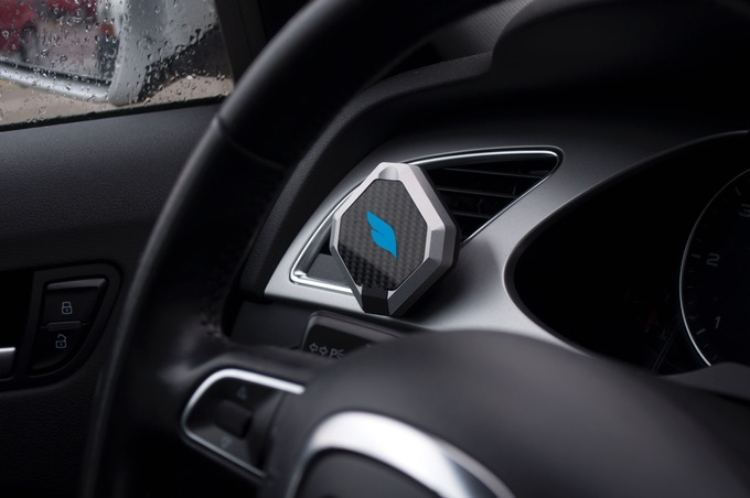 Bluejay-autohouder voor je iPhone bevestigt aan ventilatiegleuf.