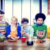 Hipsters in koffiebar aan het internetten, foto via Shutterstock (shutterstock_230273494).