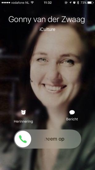 Foto die groot wordt weergegeven op een iPhone bij een binnenkomend gesprek.