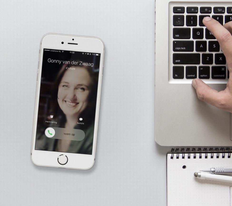 iPhone met schermvullende foto met een binnenkomend gesprek.