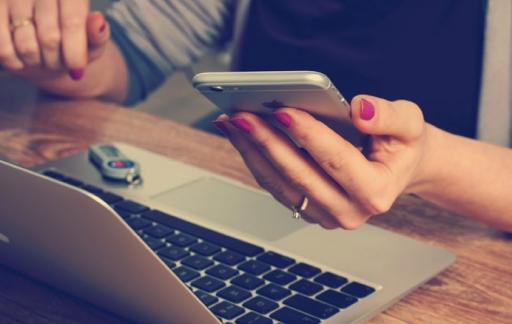 MacBook iPhone met vrouw