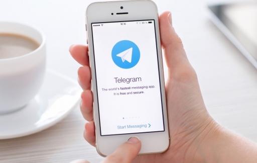 Telegram-app met kopje koffie