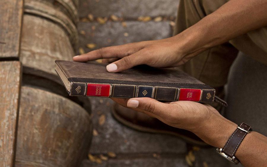 BookBook voor iPad mini in handen