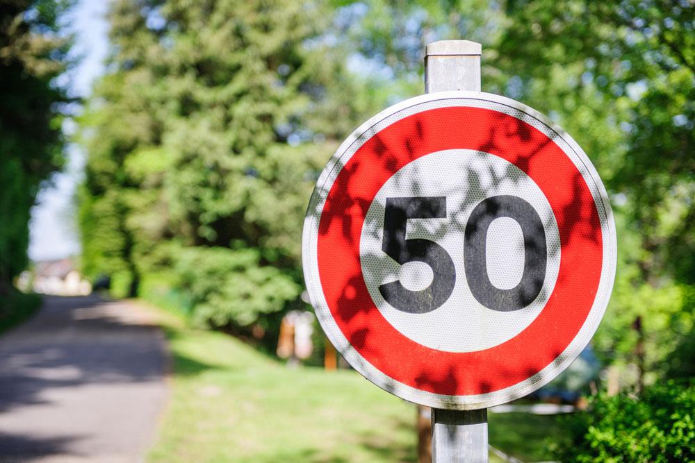 Verkeersbord met maximumsnelheid, via Shutterstock.com.
