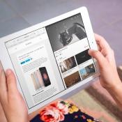 Een vrouw met een iPad met YouTube en Safari in Split View.