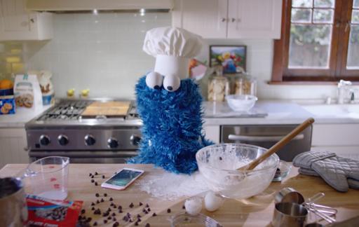 Cookie Monster speelt de hoofdrol in deze iPhone-reclame.