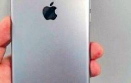 Vermoedelijke achterkant iPhone 7 met Smart Connector en dubbele cameralens.