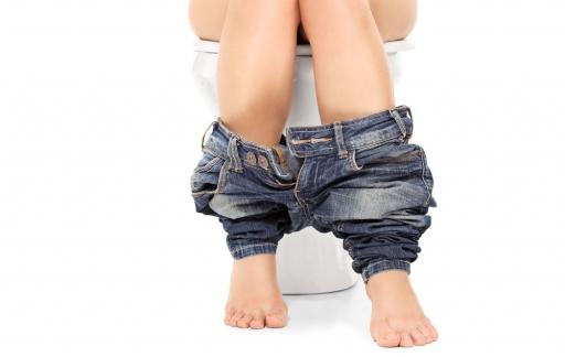 Vrouw op wc-pot, via Shutterstock (shutterstock_211817584).