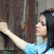 Knocki-vrouw tikt op deur