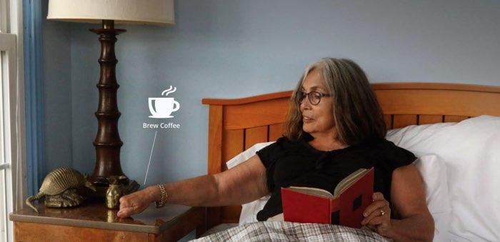 Knocki, vrouw in bed wil koffiezetten