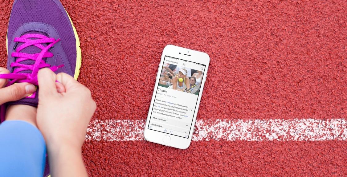 Wikipedia-app met een artikel over tennis.