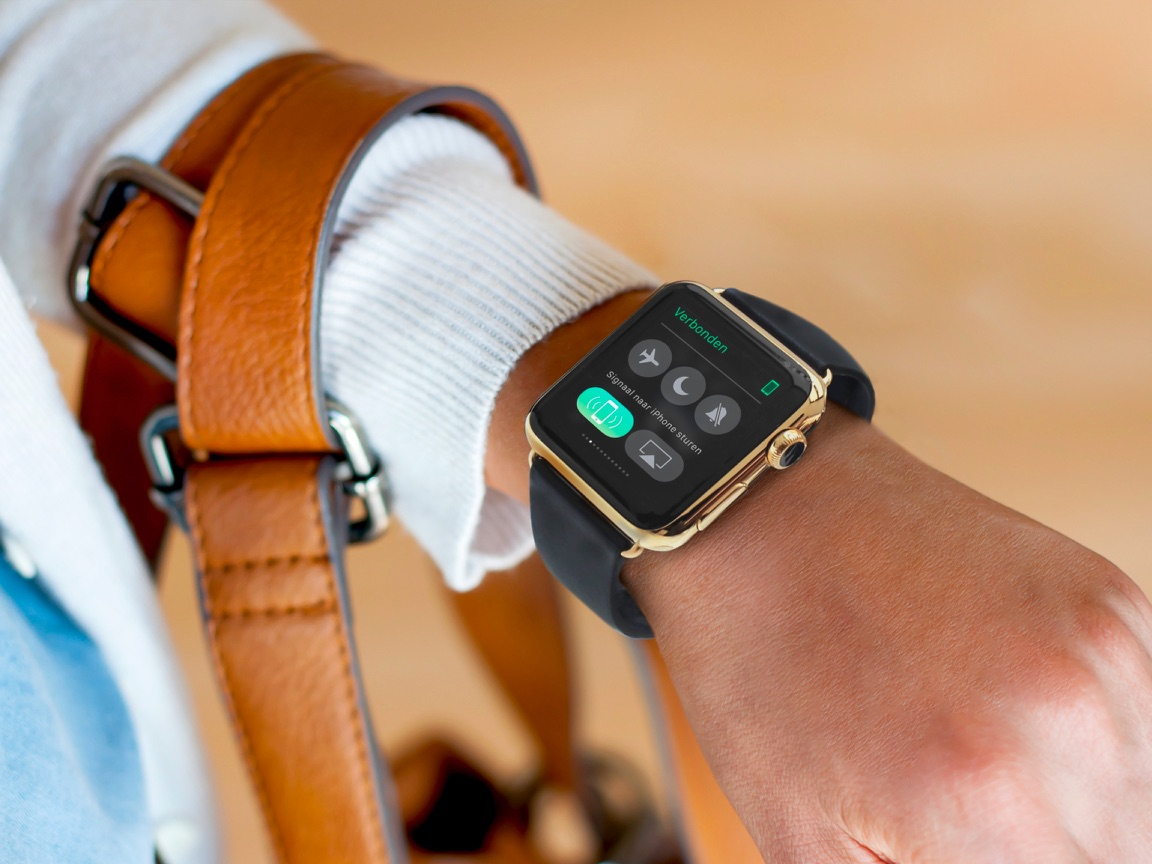 Vrouw zoekt naar haar iPhone met haar Apple Watch.