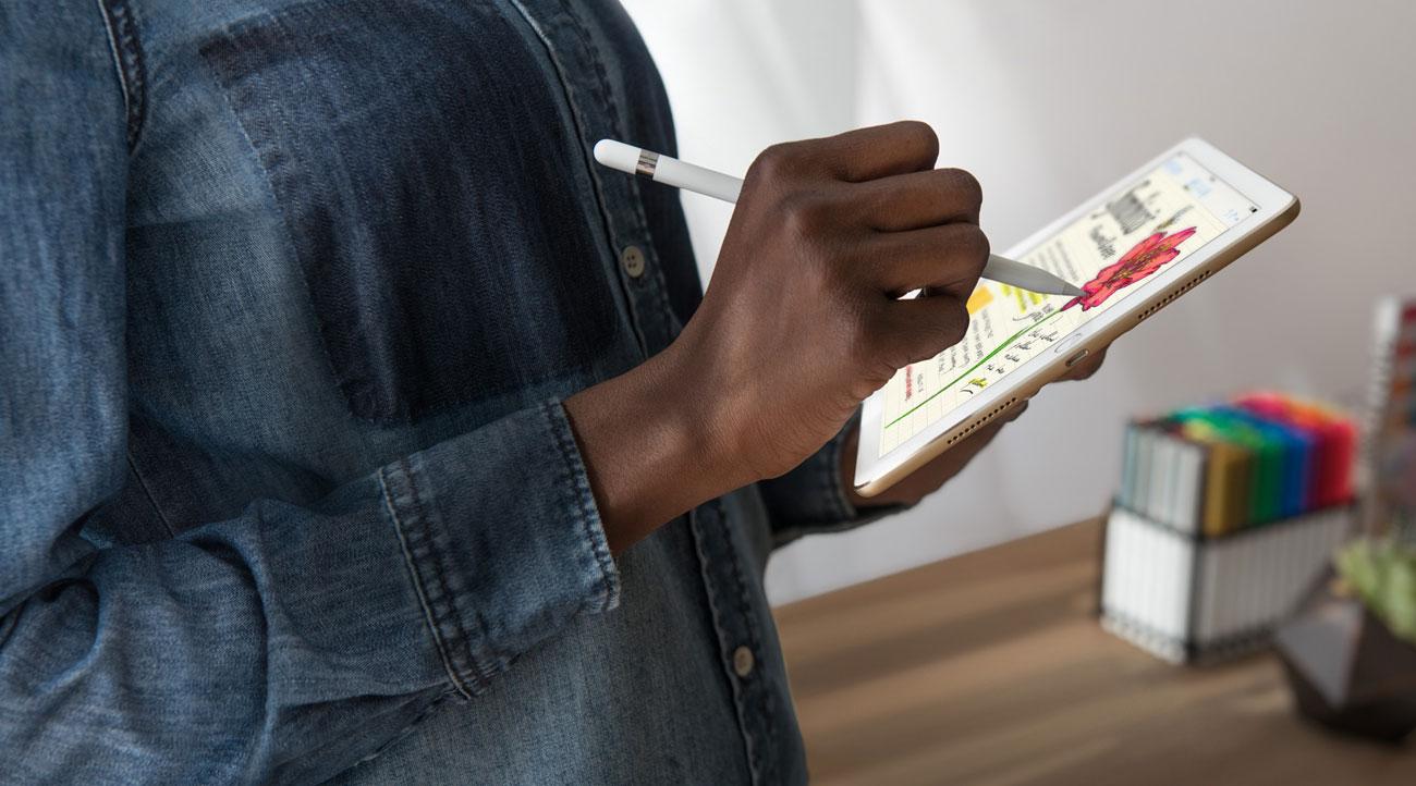 Vrouw met iPad Pro aan het tekenen en notities maken