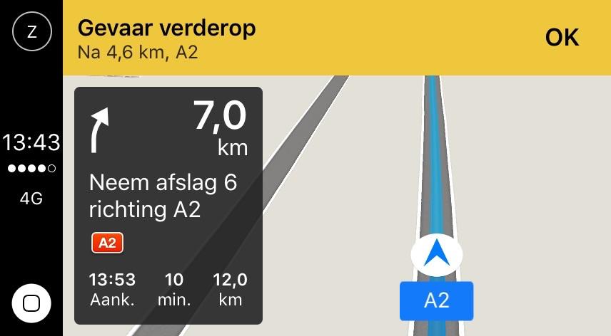 Apple CarPlay met Kaarten-app en gevaar op de weg.