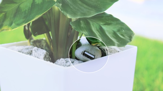 Bioo plant laadt je iPhone op via een USB-aansluiting.