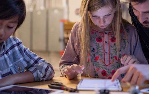 Kinderen met iPads op promotiefoto van Apple