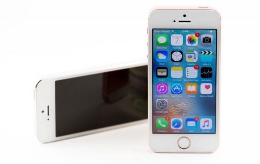 iPhone SE review iCulture: rechtop met iPhone 5 op de achtergrond