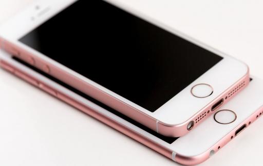 iPhone SE review iCulture: de iPhone SE bovenop een iPhone 6s