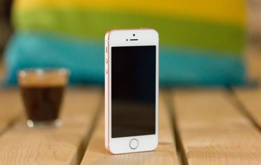 iPhone SE review iCulture: toestel staand met kop koffie