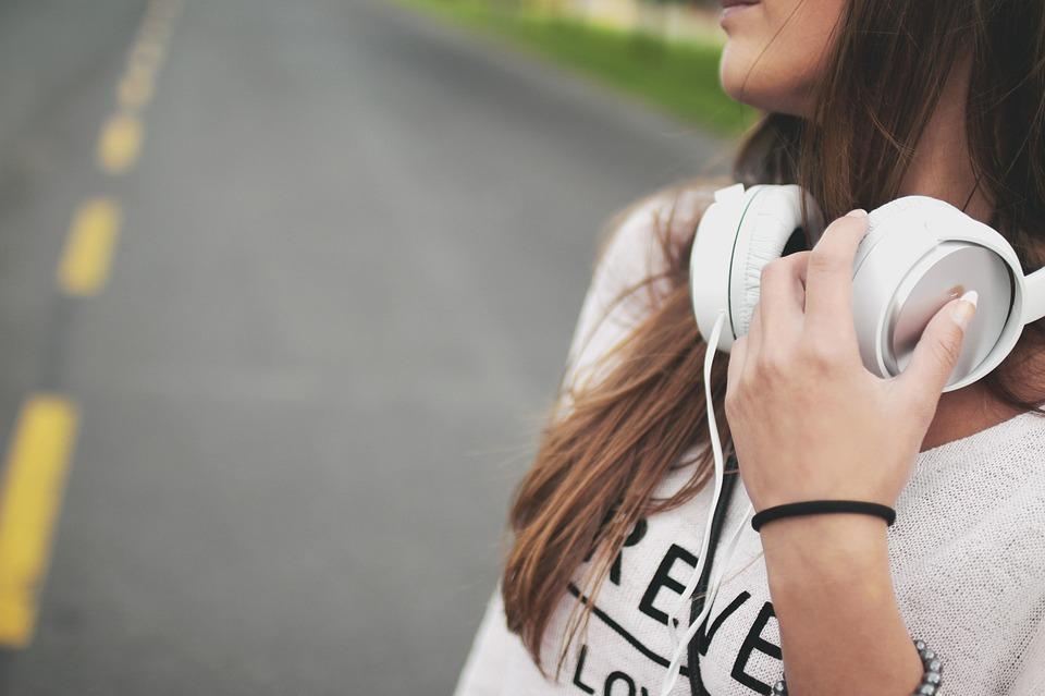 Meisje met muziek en headset