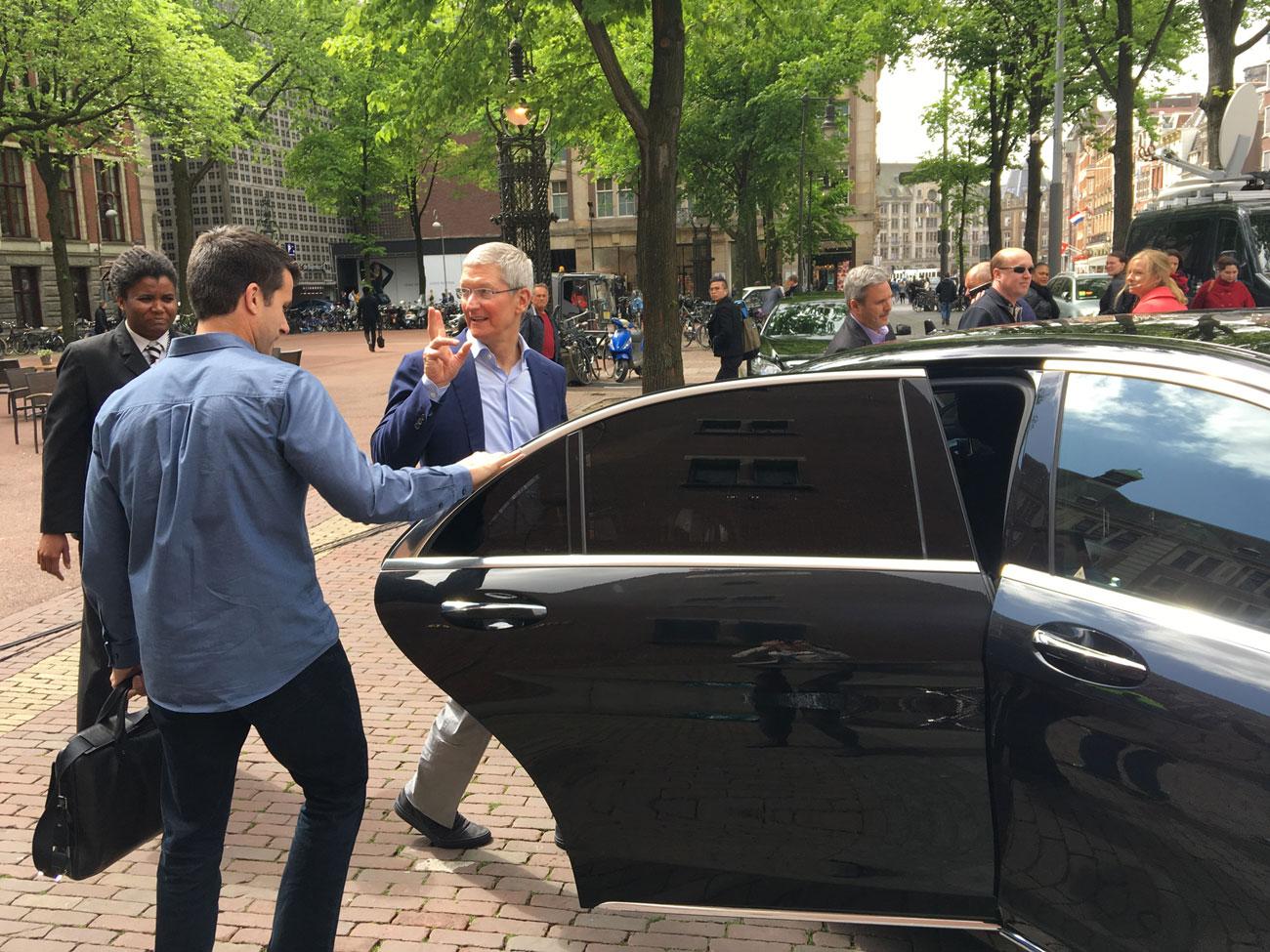 Tim Cook bij vertrek uit Amsterdam, foto door iCulture