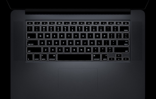 Een verlicht toetsenbord op de MacBook Pro.