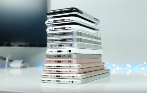 Een stapel met verschillende iPhone-modellen.