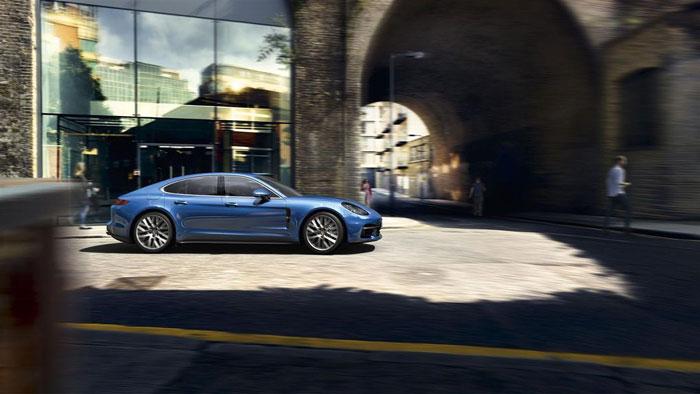 Porsche Panamera in de stad