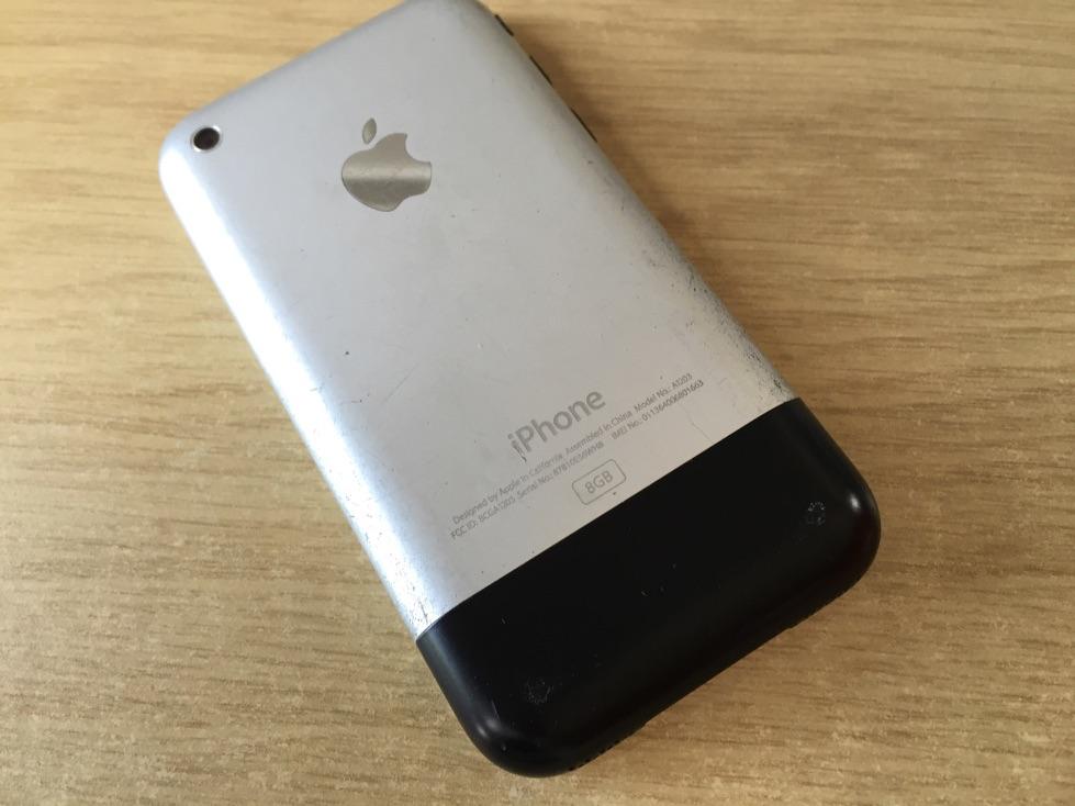 Achterkant van de eerste generatie iPhone.