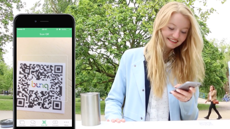 bunq QR-code scannen met een blij meisje.