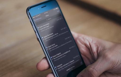 Concept van iOS 10 met donker thema in Mail-app.