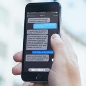 Concept van iOS 10 met donker thema in Berichten-app.