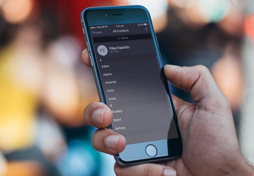 Concept van iOS 10 met donker thema in Contacten-app.