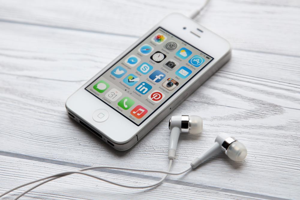 iPhone 4 met oordopjes (c) Shutterstock