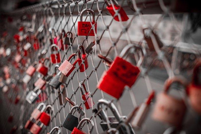 Wachtwoorden: hangslotjes aan een hek