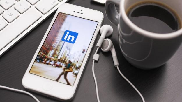 Linkedin op een iPhone met koffie