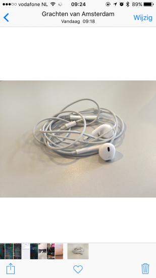 Normale foto van de Apple EarPods.
