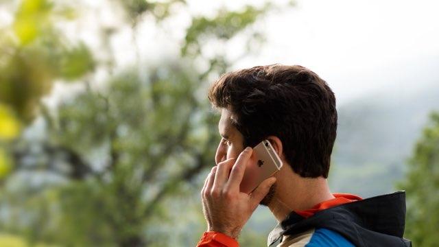 iPhone-gebruiker aan het bellen in Apple-reclamespot