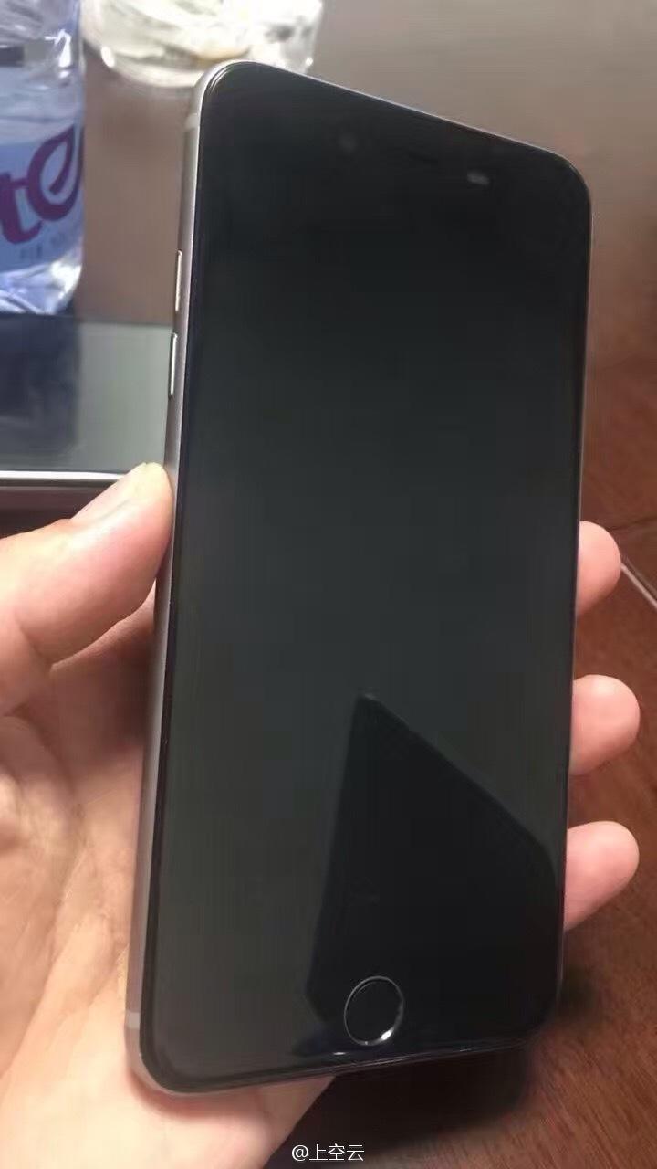 iPhone 7 Plus-voorkant met mute-schakelaar.