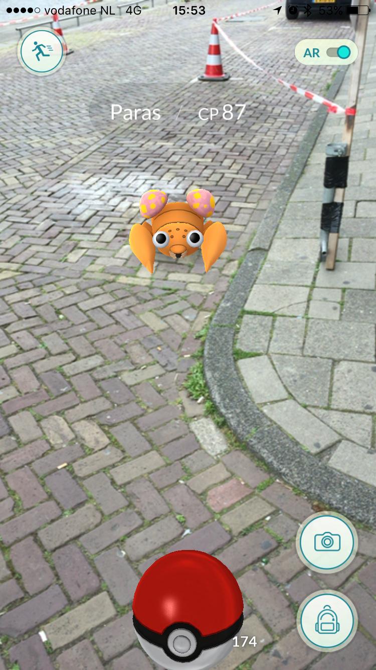 Een Paras vangen in Pokémon Go.