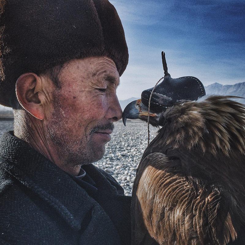 iPhone Photography Awards 2016 - grote prijswinnaar- Siyuan Niu - The Man and the Eagle