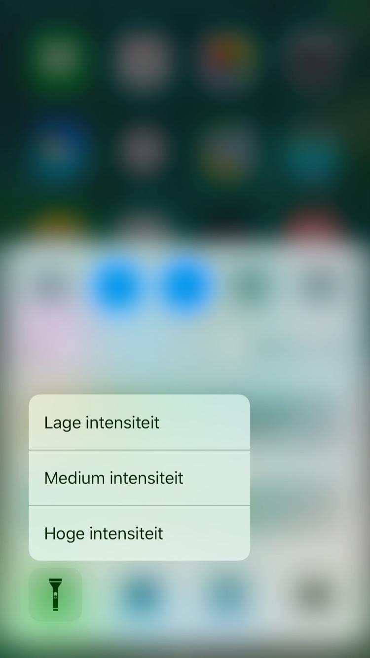 Bedieningspaneel in iOS 10 met 3D Touch op zaklantaarn.