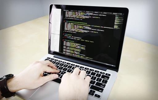 Computer met programmeercode