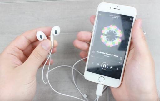 EarPods met Lightning-aansluiting getoond in een video.